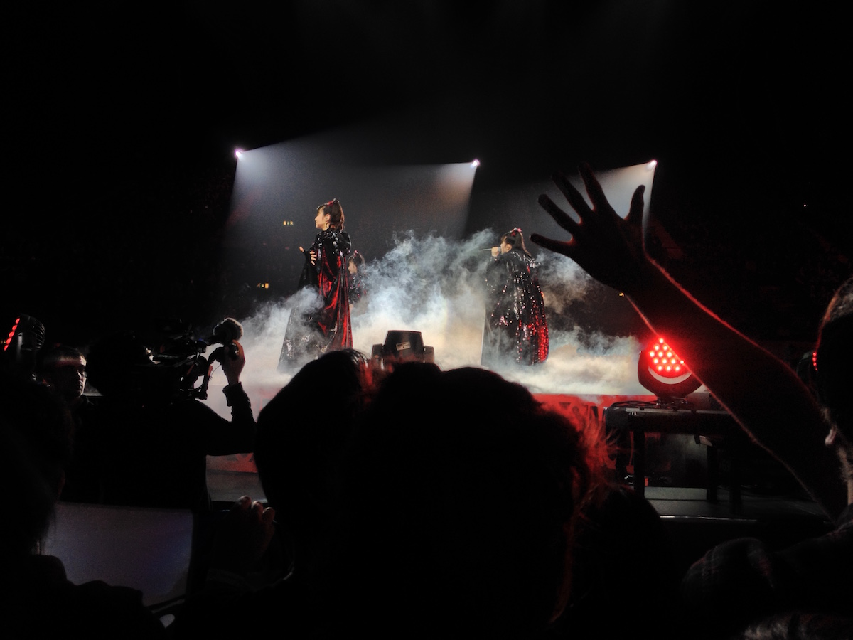 Die drei Mädels auf dem rotierenden Ende der Bühne