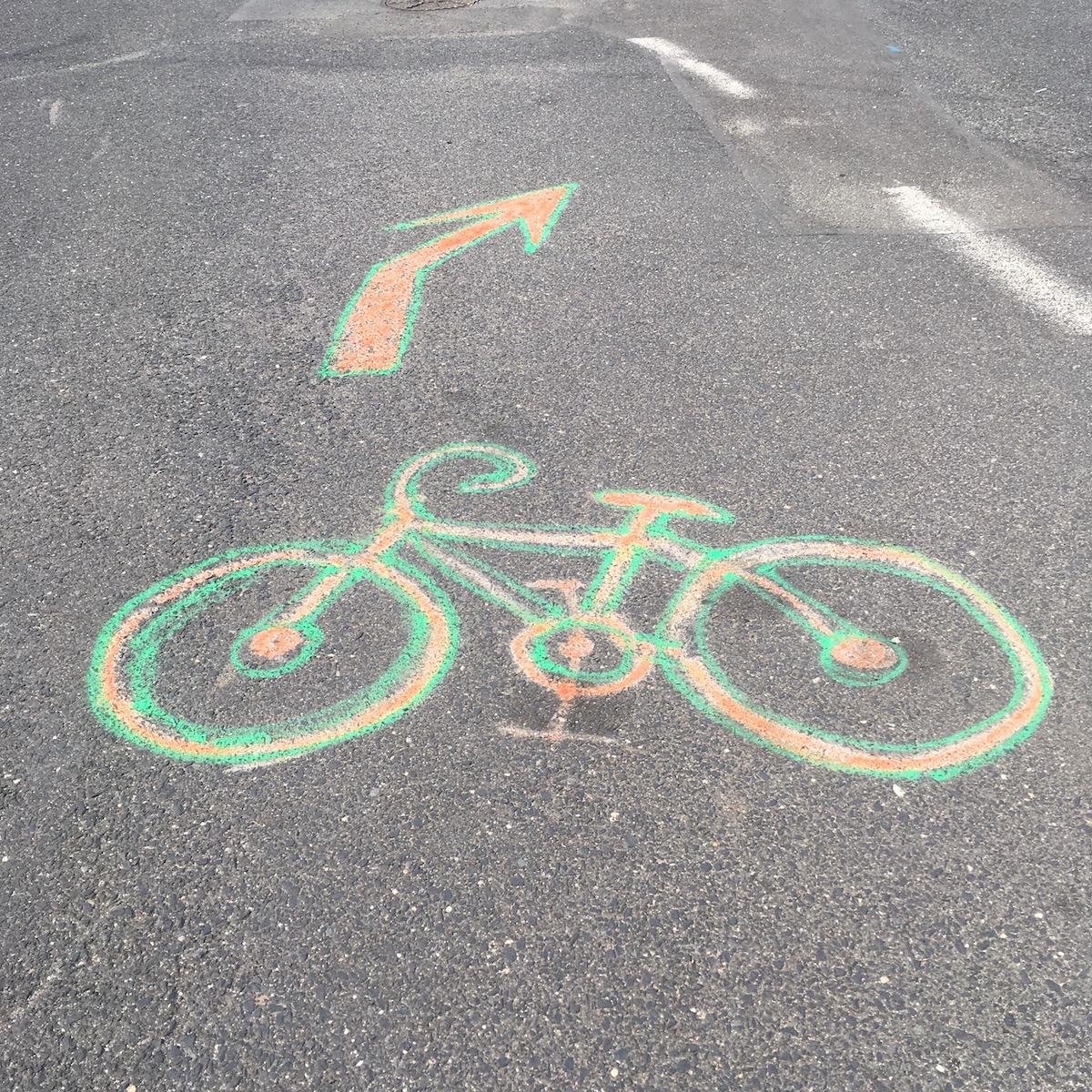 Bunte Fahrradmalereien auf der Fahrbahn