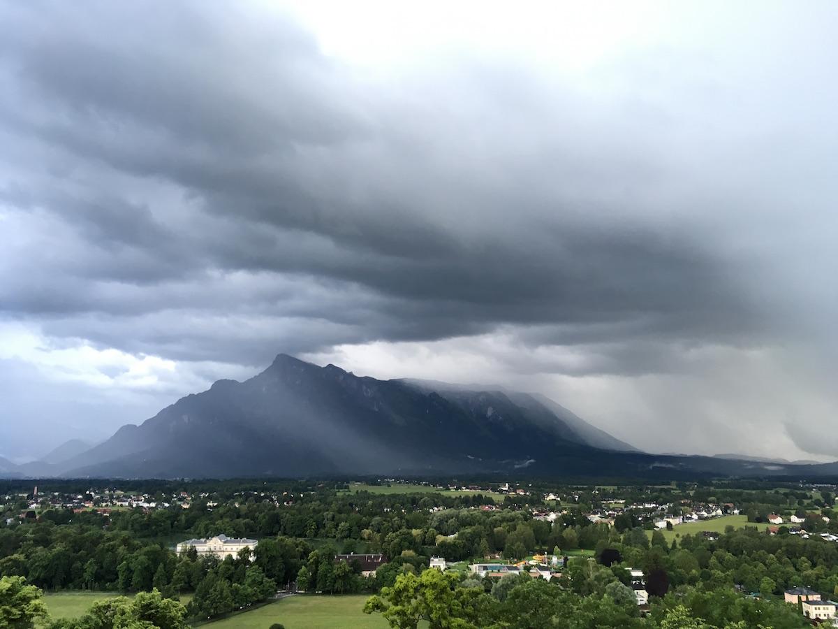 Blick auf Berge und eine Gewitterwolke