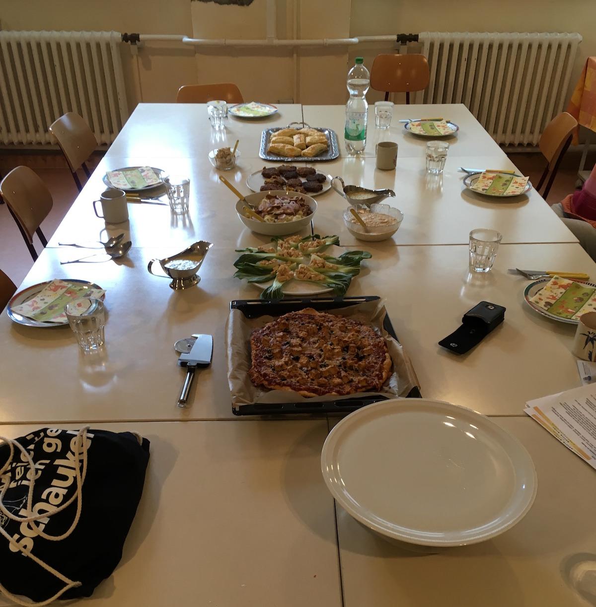 Esstisch mit Essen