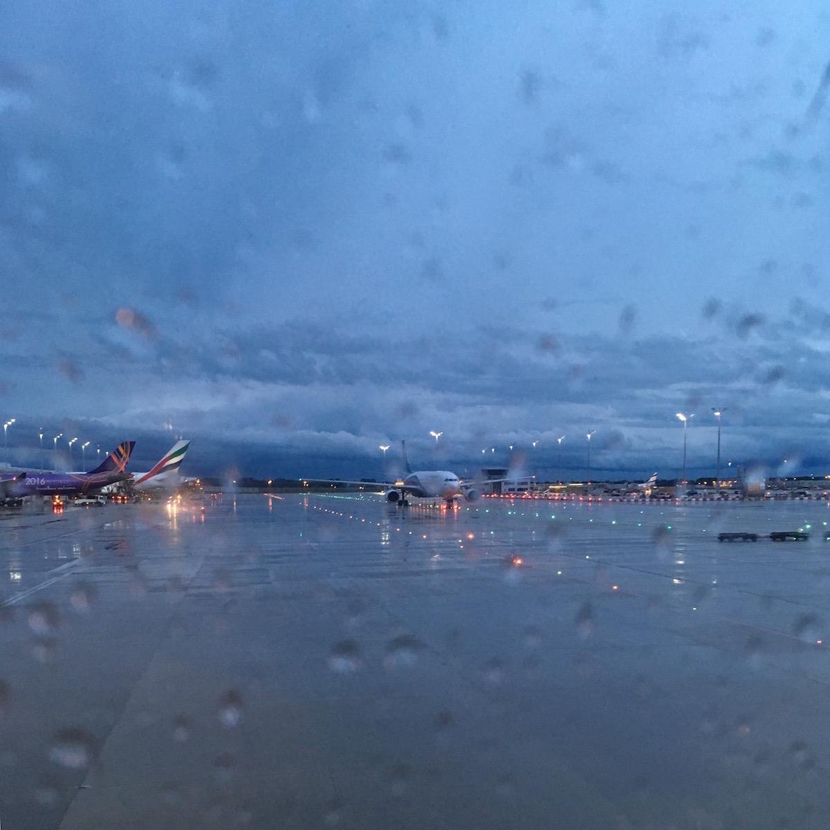 Blick auf das regnerische Rollfeld