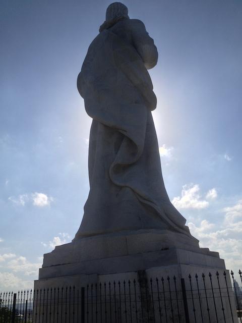 Statue im Gegenlicht